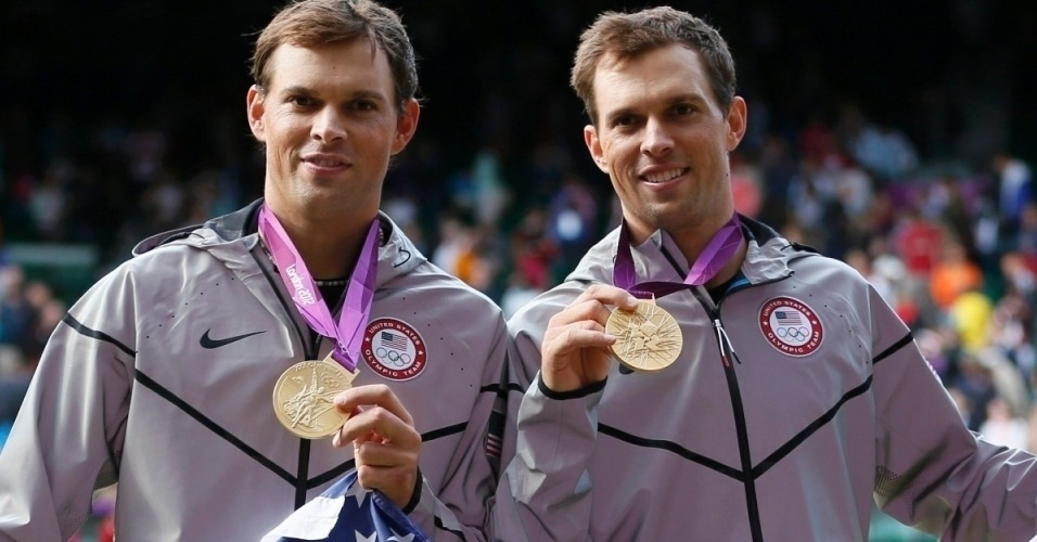 A maior dupla de tênis do mundo. Mike Bryan (e) e Bob Bryan recebem a medalha de ouro dos Jogos Olímpicos de Londres