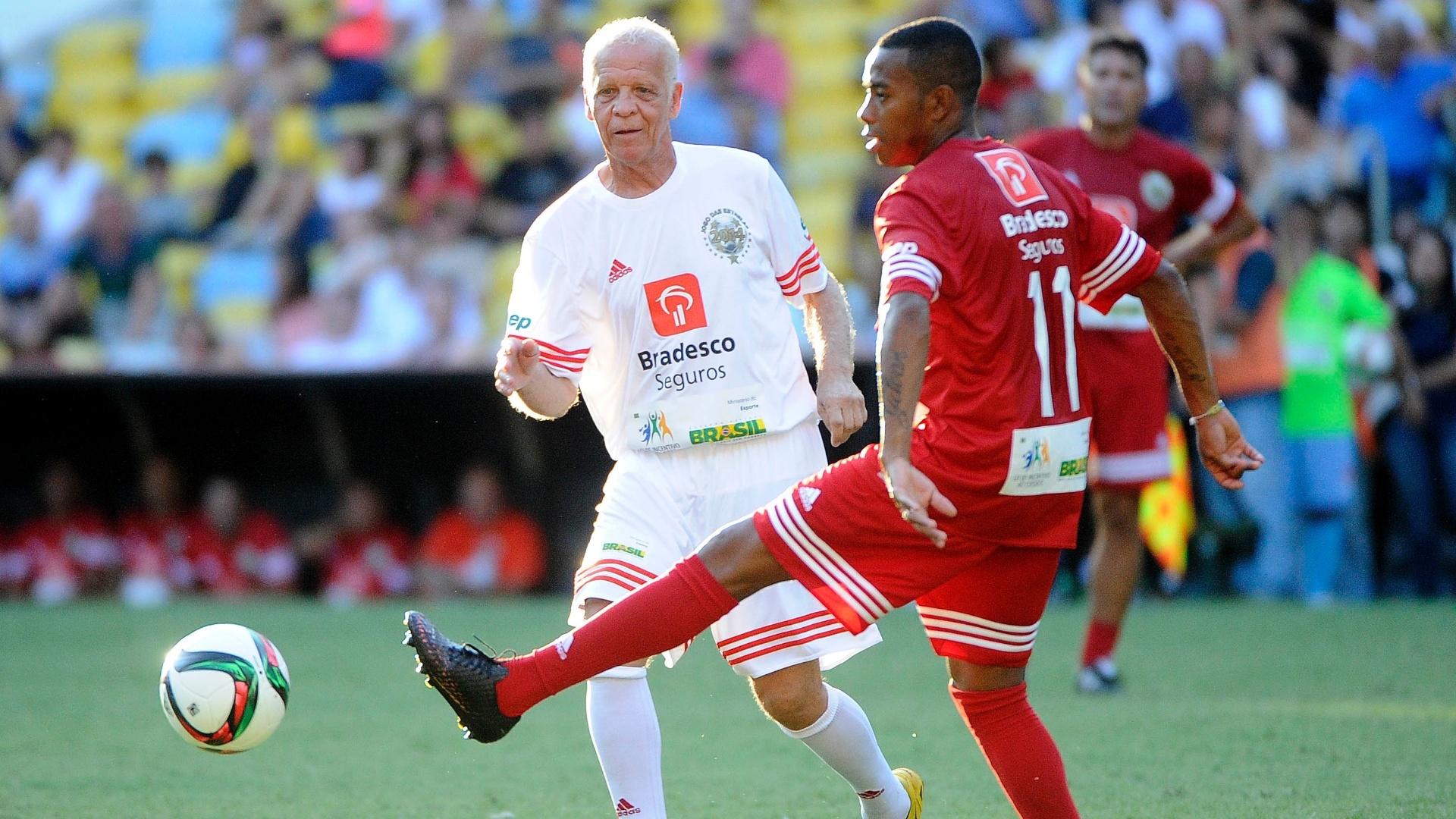 Ademir da Guia (branco) e Robinho (vermelho) se enfrentam no Jogo das Estrelas 2014