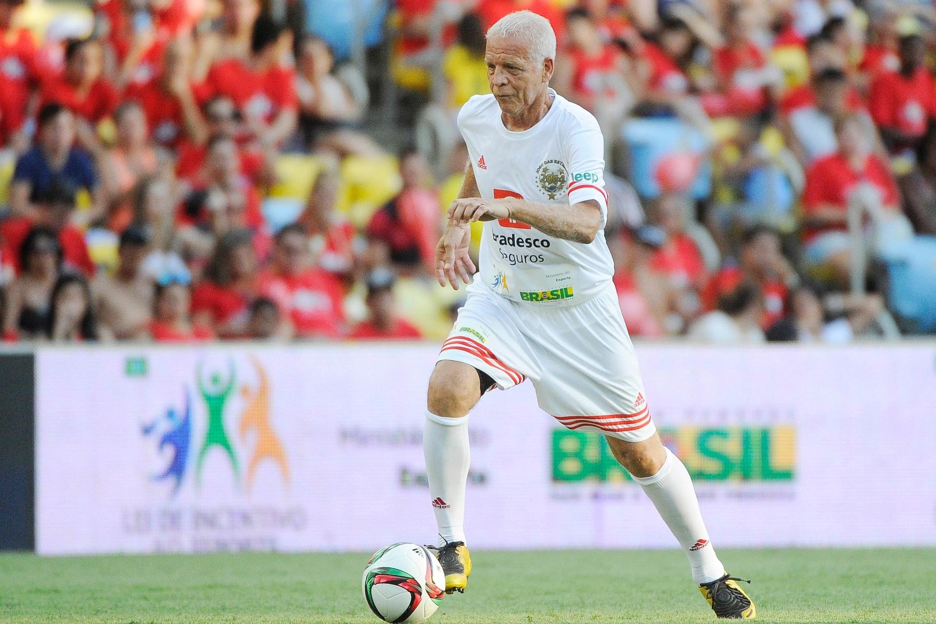 Ademir da Guia conduz a bola no gramado do Maracanã para o Jogo das Estrelas 2014