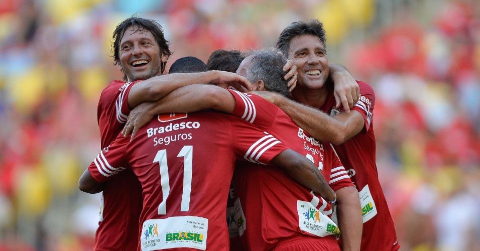 Leonardo, Robinho (11), Zico (de costas) e Renato Gaúcho comemoram gol no Jogo das Estrelas 2014, no Estádio do Maracanã