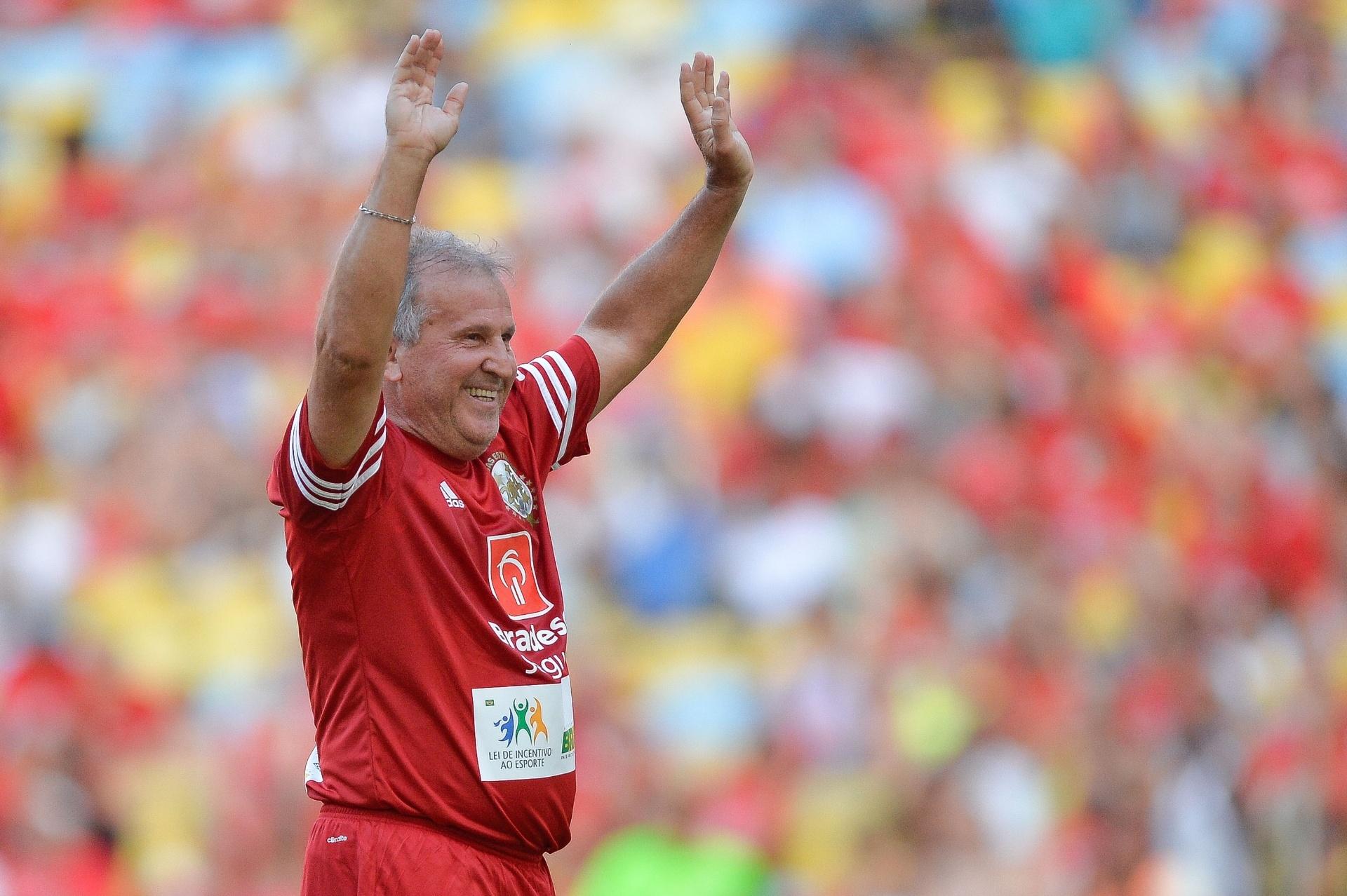 Zico acena para o público do Maracanã no Jogo das Estrelas 2014