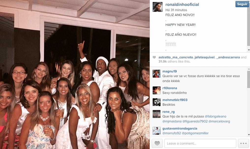 Ronaldinho Gaúcho curte ano novo rodeado por mulheres