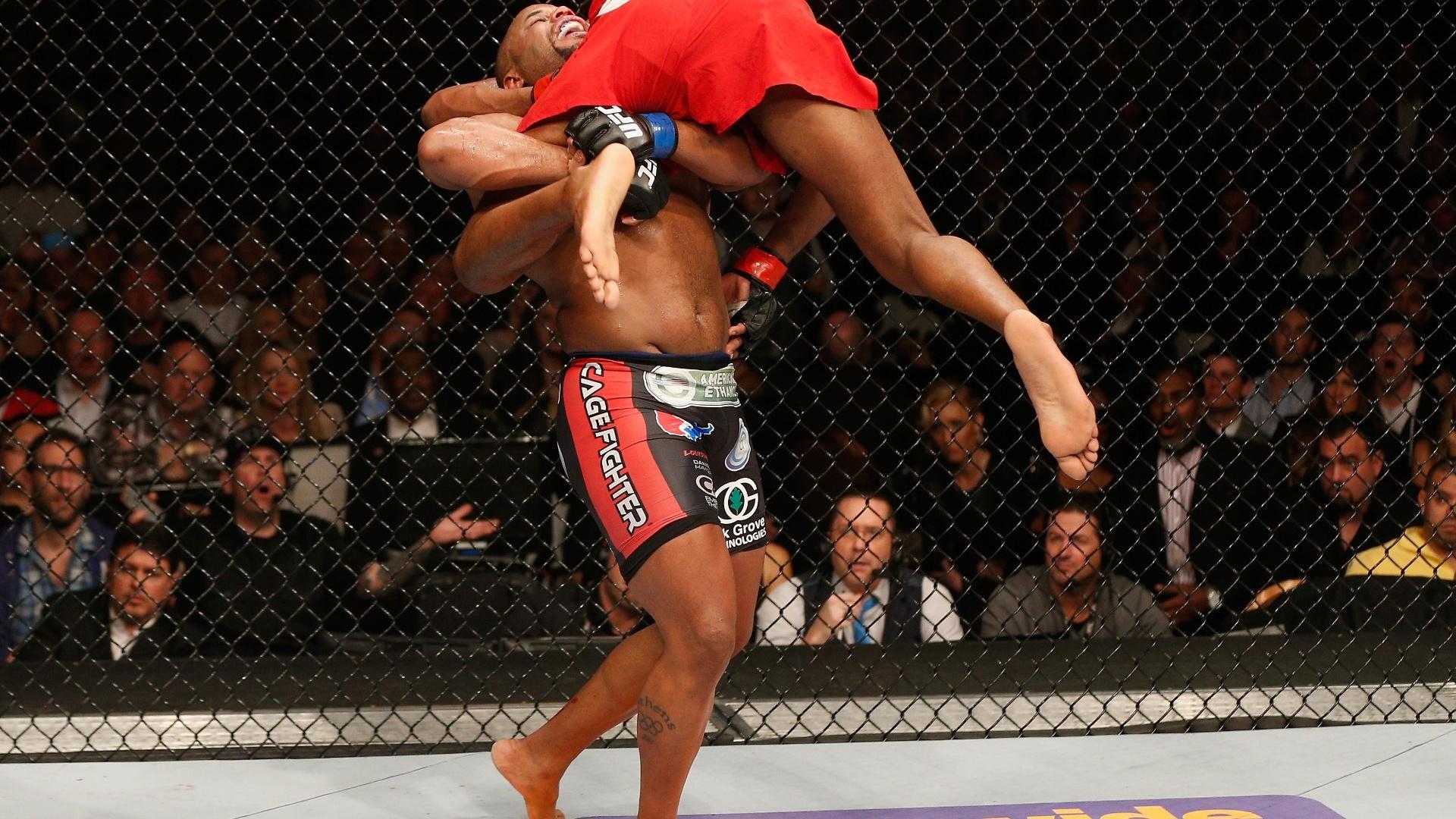 Cormier carrega Jon Jones para tentar queda na luta pelo UFC 182