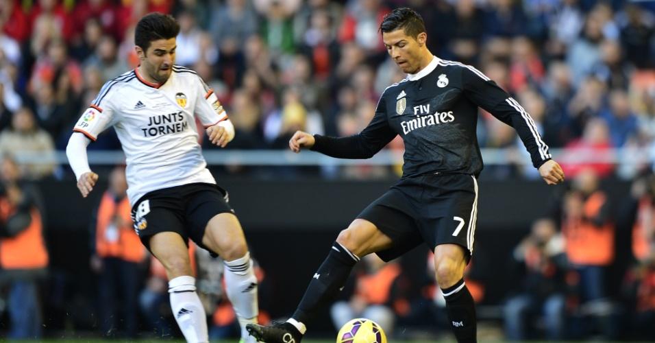 Cristiano Ronaldo domina a bola em partida contra o Valencia