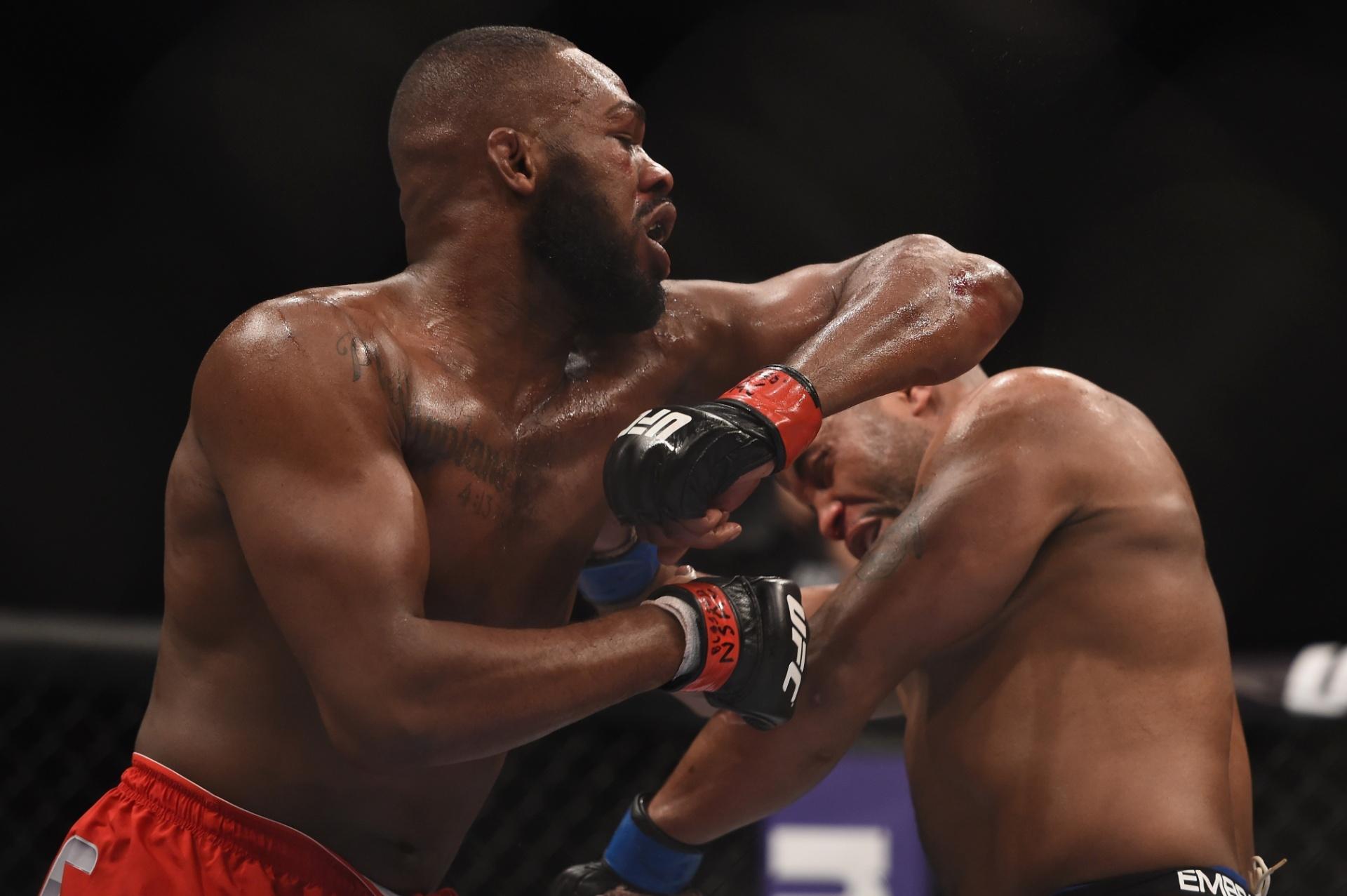 Jon Jones acerta golpe em Cormier na disputa do cinturão