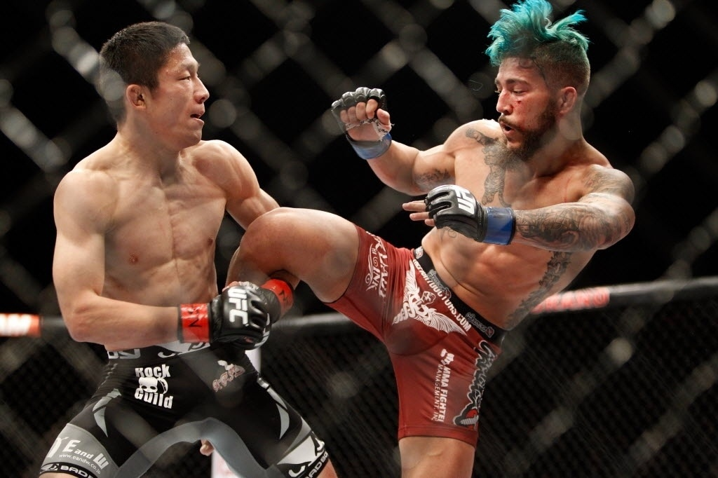 Kyoji Horiguchi evita golpe de Louis Gaudinot durante combate no UFC 182