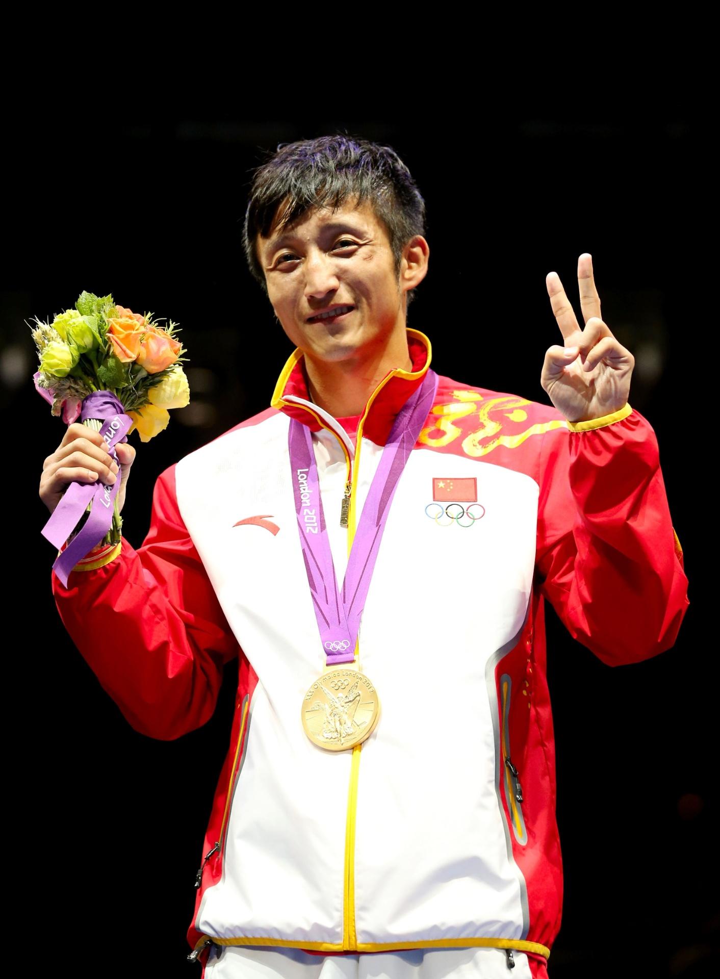 Zou Shiming com a medalha de ouro que conquistou em Londres, em 2012