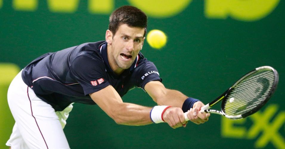 07.jan.2015 - Novak Djokovic disputa partida pelo Torneio de Doha