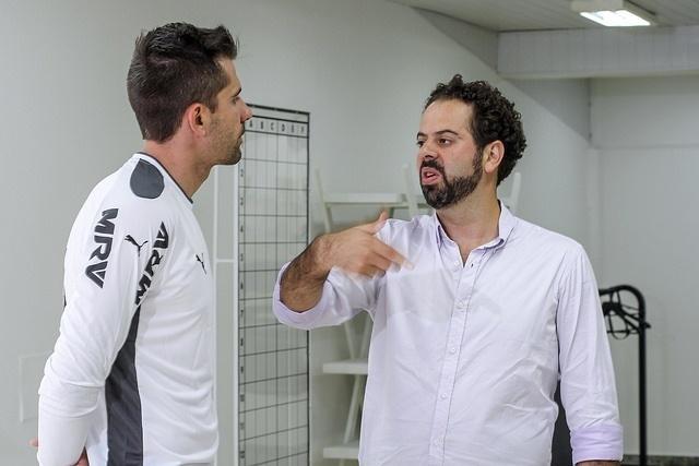 Presidente do Atlético-MG recebe jogador na Cidade do Galo