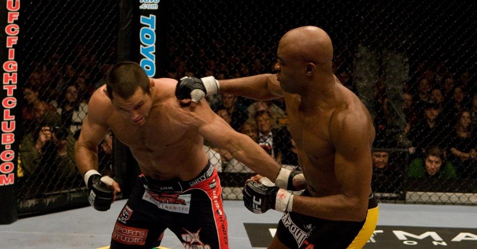 01.mar.2008 - Anderson Silva enfrenta Dan Henderson em defesa de cinturão no UFC 82
