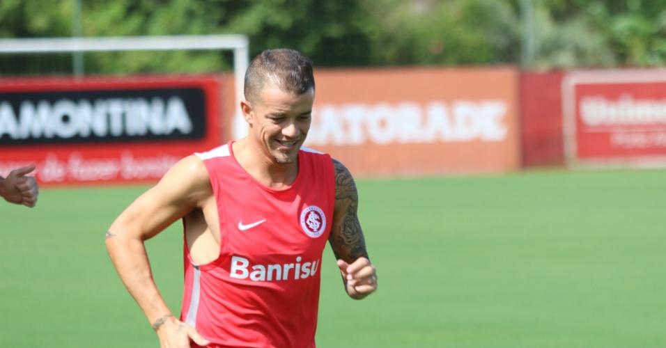 09.jan.2015 - D'Alessandro corre em primeiro dia de trabalhos do Inter no ano