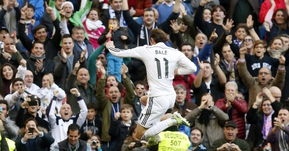 Após fazer golaço de falta, Gareth Bale comemora com torcedores do Real Madrid
