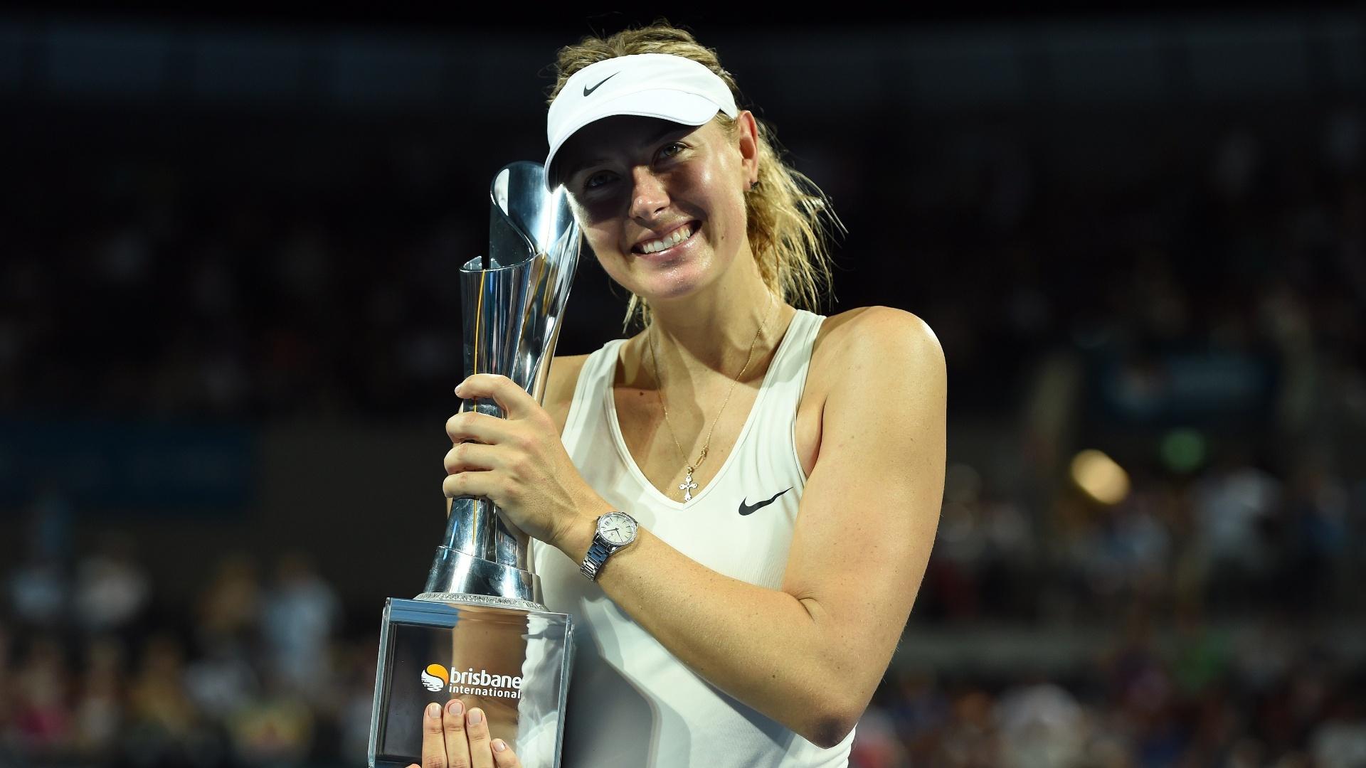Sharapova posa para fotos com a taça do WTA de Brisbane