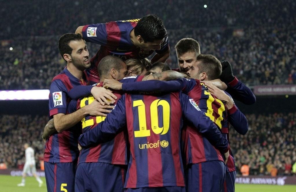 Jogadores comemoram gol de Neymar que colocou Barcelona na frente do Atlético de Madri