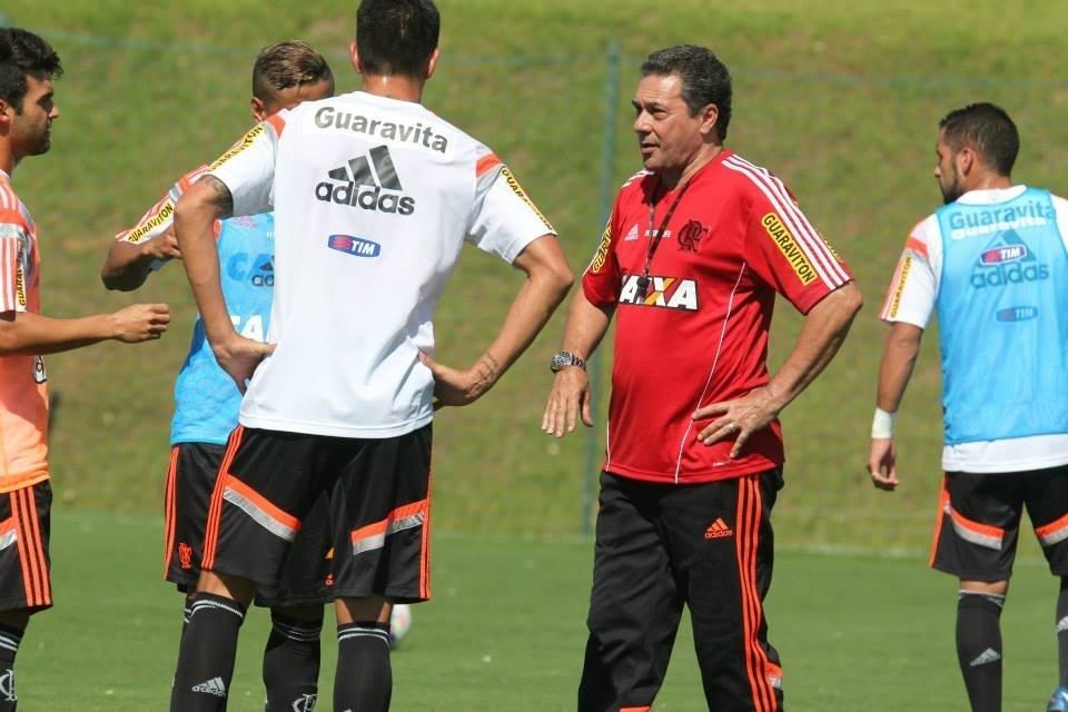 Técnico Vanderlei Luxemburgo conversa com jogadores do Flamengo durante pré-temporada
