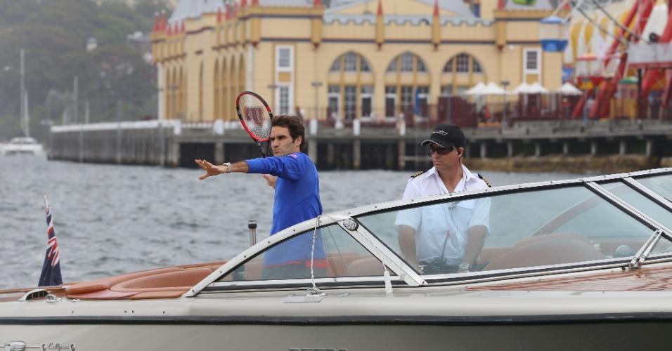 Federer prepara devolução em brincadeira contra Hewitt