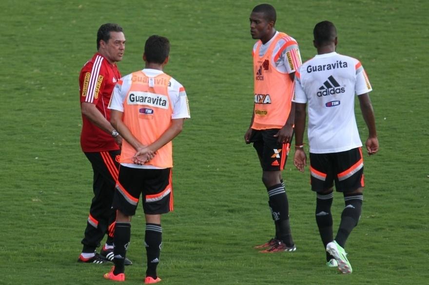Vanderlei Luxemburgo orienta Marcelo Cirino (direita) e Eduardo da Silva (costas)