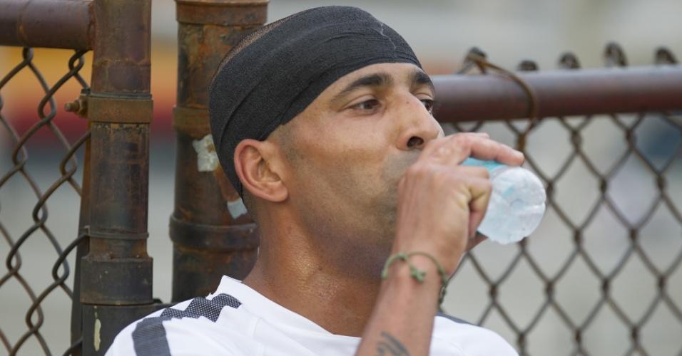 Emerson Sheik bebe água durante a pré-temporada do Corinthians nos EUA
