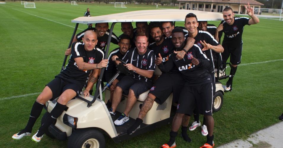 Jogadores do Corinthians brincam com Rubens Barrichello, presente ao treino em Orlando