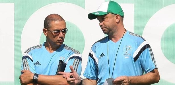 O fisiologista Altamiro Bottino (esq.) e o preparador físico Ricardo Henriques conversam no Palmeiras