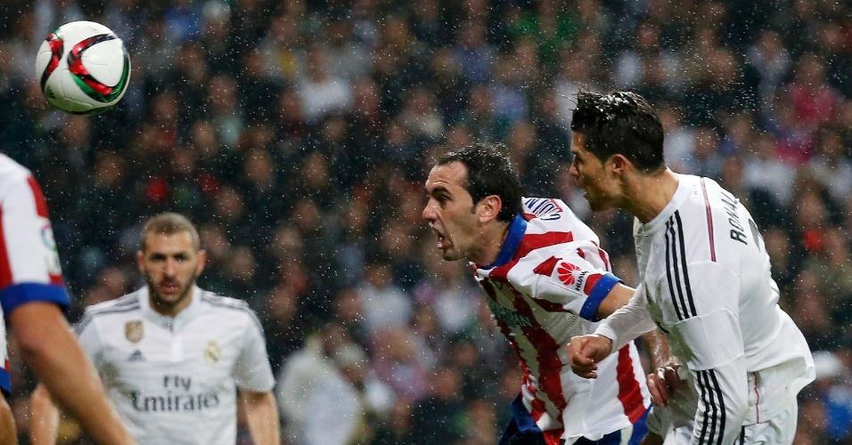 Cristiano Ronaldo testa a bola para empatar o jogo em 2 x 2 contra o Atlético de Madri