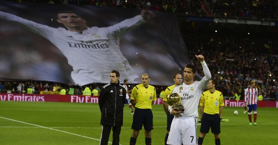 Eleito melhor do mundo pela 3ª vez, Cristiano Ronaldo apresenta troféu à torcida merengue, que o homenageou com bandeirão