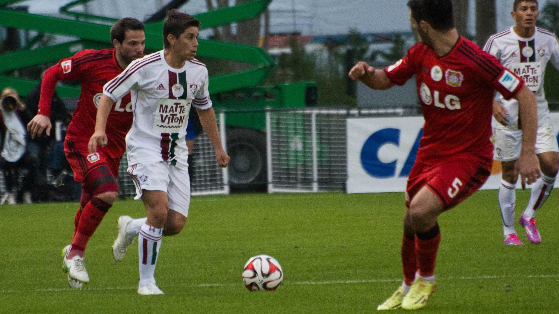 Meia do Fluminense Conca domina a bola cercado por jogadores do Bayer Leverkusen na Florida Cup