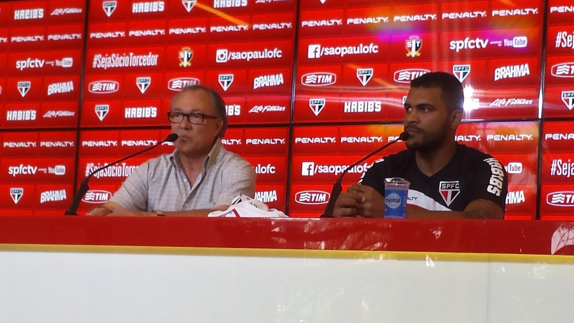 Zagueiro Breno é apresentado pelo diretor de futebol Rubens Moreno