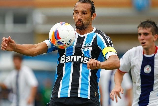 18 JAN 2015 - Barcos domina a bola em jogo-treino do Grêmio na pré-temporada