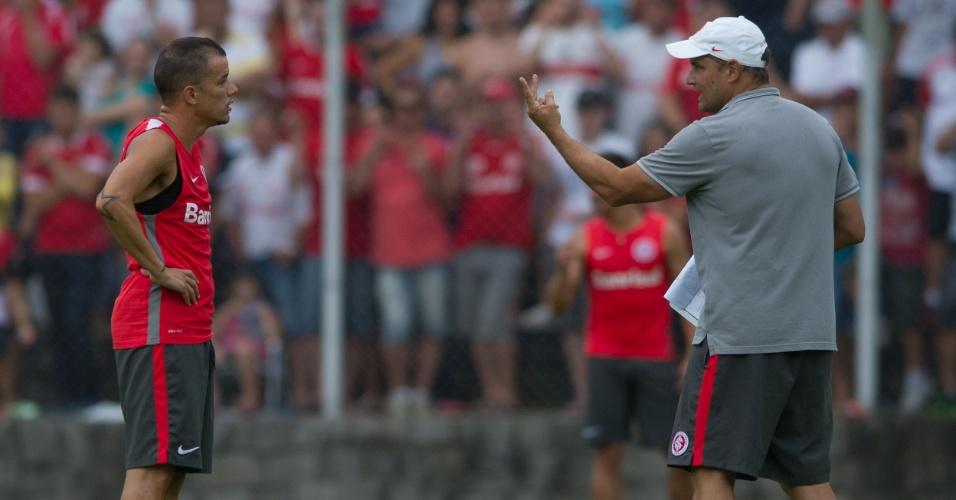 18.jan.2015 - Diego Aguirre orienta D'Alessandro durante treino tático do Inter em Bento Gonçalves