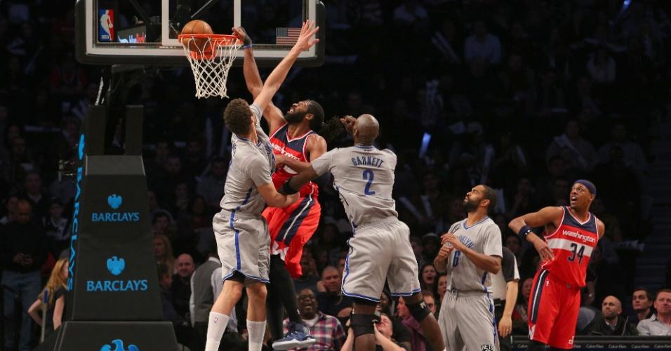 18.jan.2015 - Nenê, do Washington Wizards, anota mais dois pontos na vitória sobre o Brooklyn Nets
