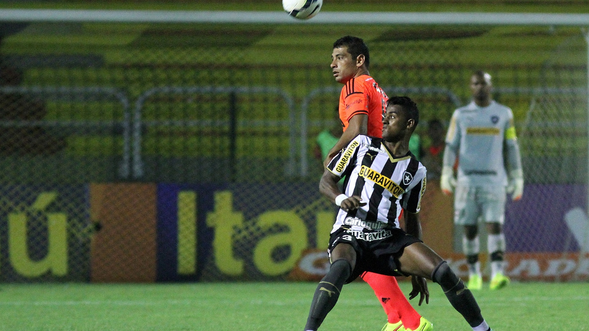 19 out. 2014 - Zagueiro Dankler, do Botafogo, disputa bola com Diego Souza em partida pelo Campeonato Brasileiro