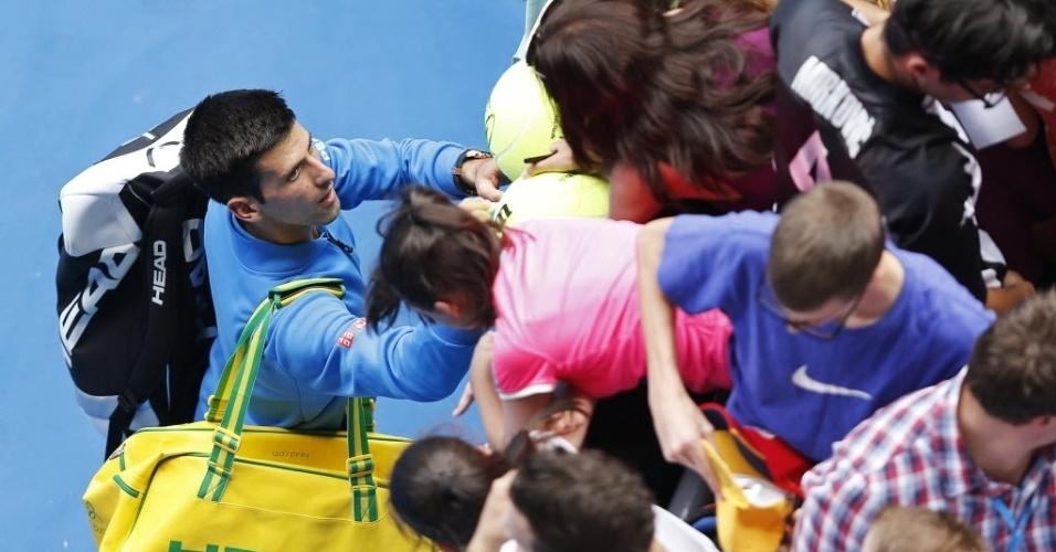 Novak Djokovic distribui autógrafos após vencer Aljaz Bedene por 3 sets a 0