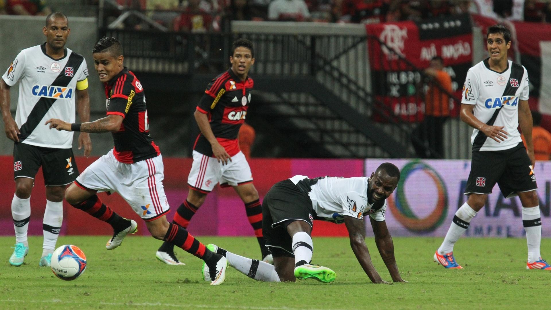 Everton aproveita falha de Sandro Silva para marcar o primeiro gol do Flamengo no clássico