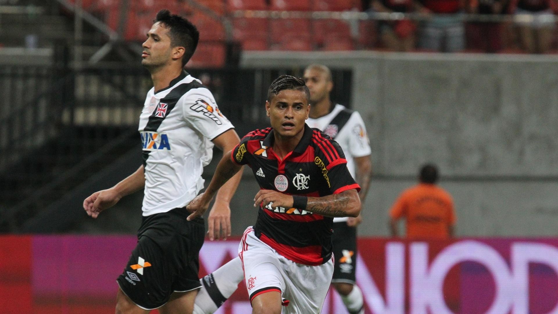 Everton corre para comemorar o gol do Flamengo no clássico em Manaus
