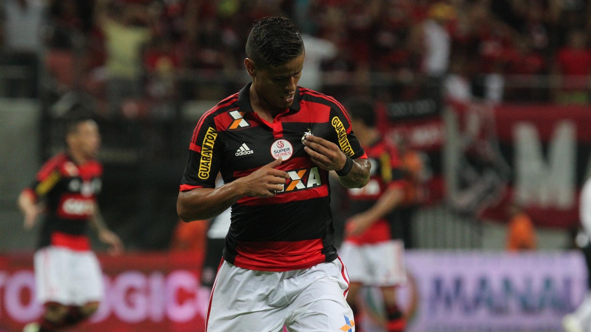 Everton vibra com o gol após falha de Sandro Silva no clássico entre Flamengo e Vasco