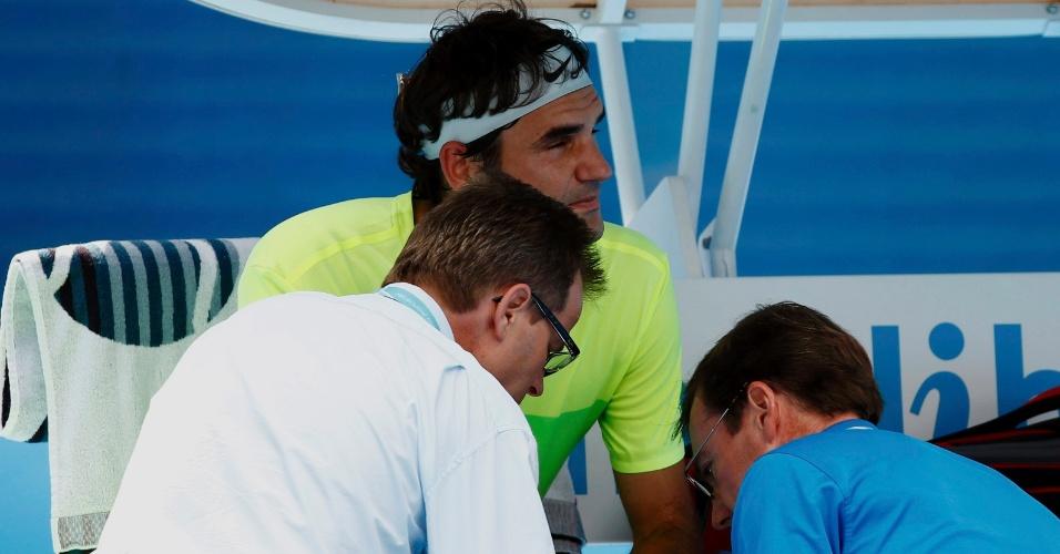 Roger Federer teve problema na mão e recebeu atendimento médico, mas venceu de virada o italiano Simone Bolelli