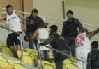 Torcidas de Vasco e Flamengo brigam em jogo e depredam estádio de Manaus (Foto: Bruno Kelly/AGIF)