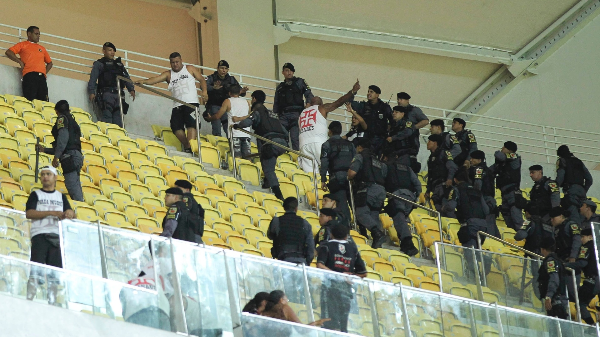 Polícia Militar escolta torcedores do Vasco envolvidos em briga com torcida do Flamnego