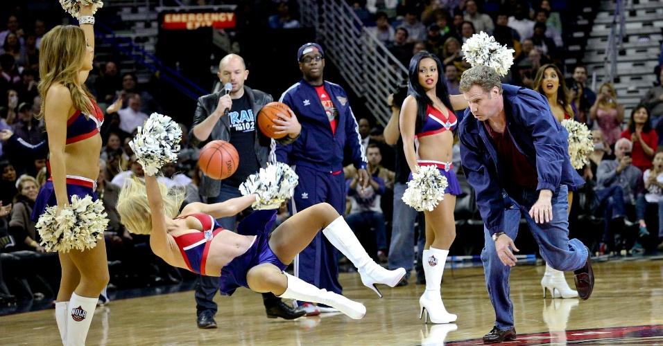 Will Ferrell acerta bolada em cheerleader do New Orleans Pelicans durante jogo da NBA. A cena fará parte do novo filme do ator