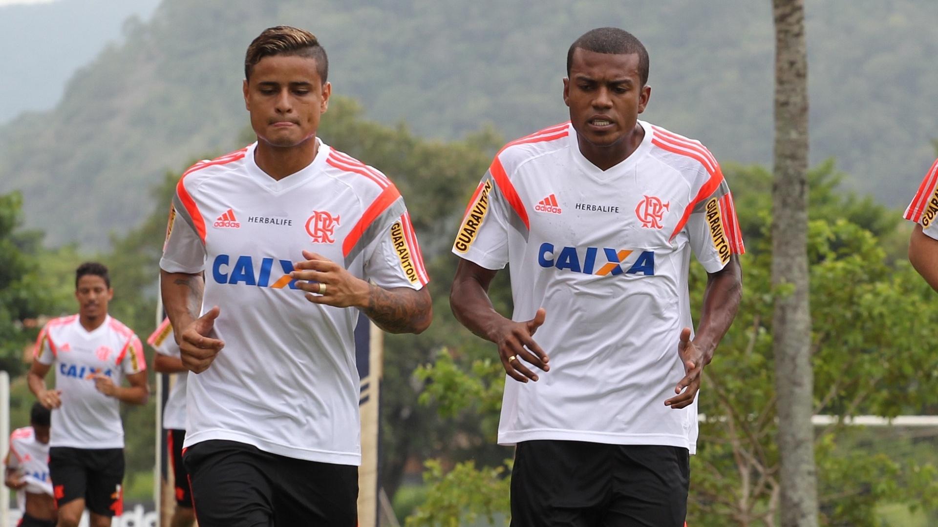 05 jan. 2015 - Éverton corre ao lado de Marcelo Cirino durante treinamento de pré-temporada do Fla