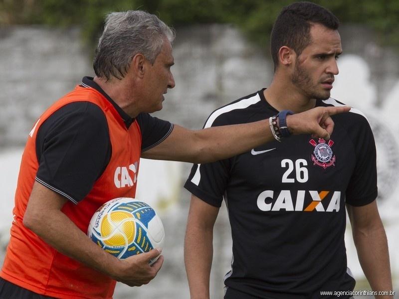 Tite, técnico do Corinthians, orienta Renato Augusto durante treinamento no CT Joaquim Grava