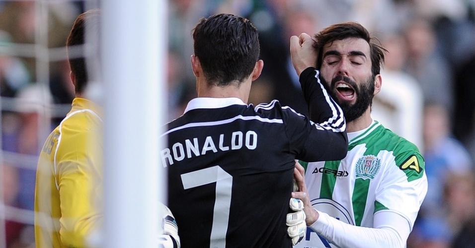Cristiano Ronaldo acerta golpe em José Ángel durante partida entre Córdoba e Real Madrid