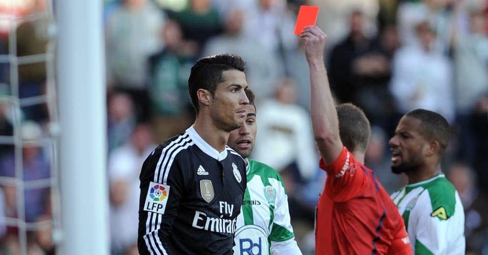 Cristiano Ronaldo é expulso por agressão na partida entre Córdoba e Real Madrid