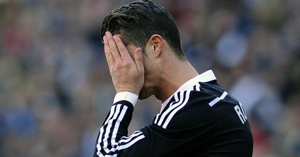 Cristiano Ronaldo leva as mãos ao rosto no jogo entre Córdoba e Real Madrid pelo Campeonato Espanhol