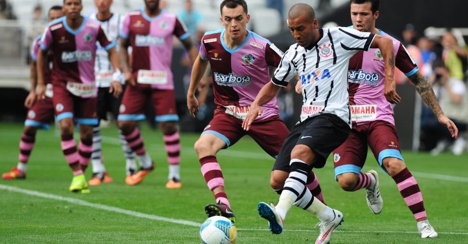 Emerson Sheik recebe a bola no primeiro tempo entre Corinthians e Corinthian-Casuals