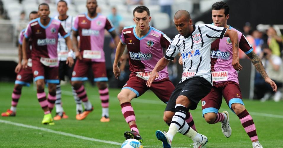 Emerson Sheik tenta se livrar da marcação dos jogadores do Corinthian-Casuals