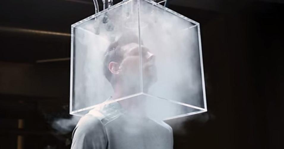 Lionel Messi coloca a cabeça dentro de um cubo de acrílico em publicidade da Gillette