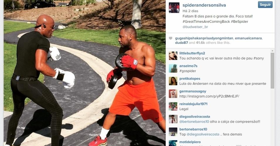 Ainda na sexta-feira (23), Anderson Silva divulgou uma foto treinando com seu sparring para o retorno ao octógono
