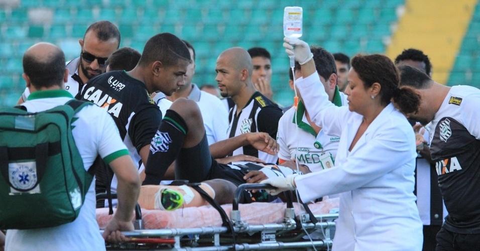 Juninho, do Figueirense, é atendido após quebrar a perna em jogo amistoso